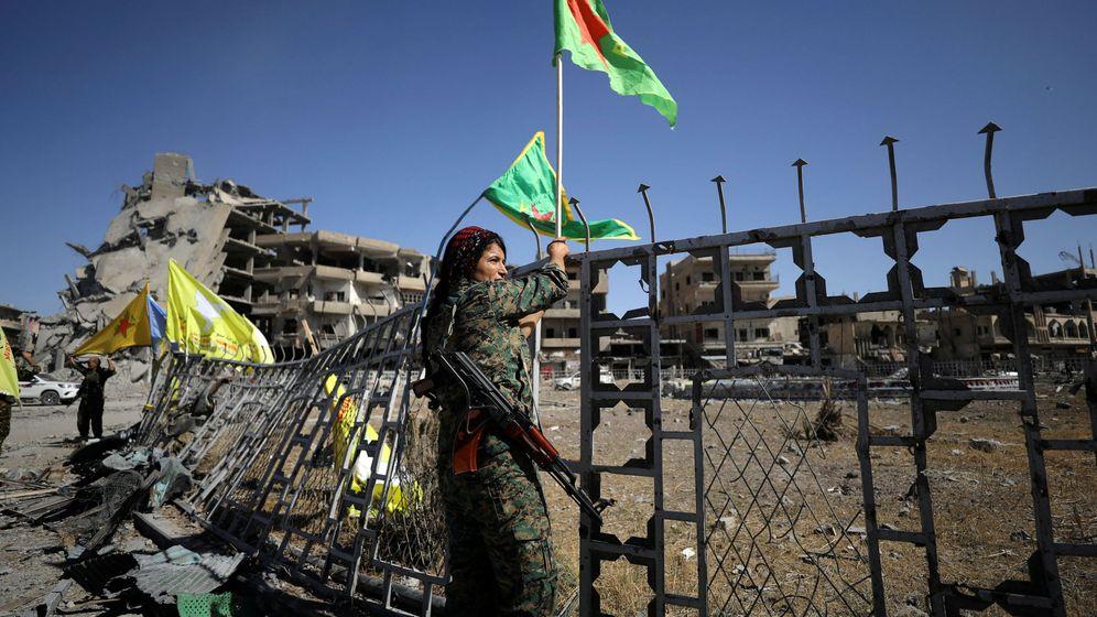 Foto: Una mujer miembro de las SDF celebra la victoria en Raqqa, Siria, el 17 de octubre de 2017. (Reuters)