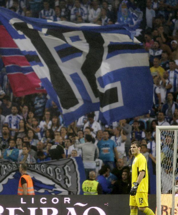Foto: Una enorme bandera luce el '12' de Iker Casillas (Reuters).