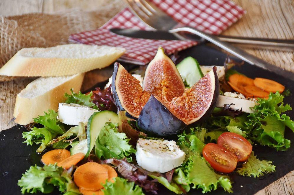 Foto: Una ensalada con lechuga, higo y tomate. (Pixabay)