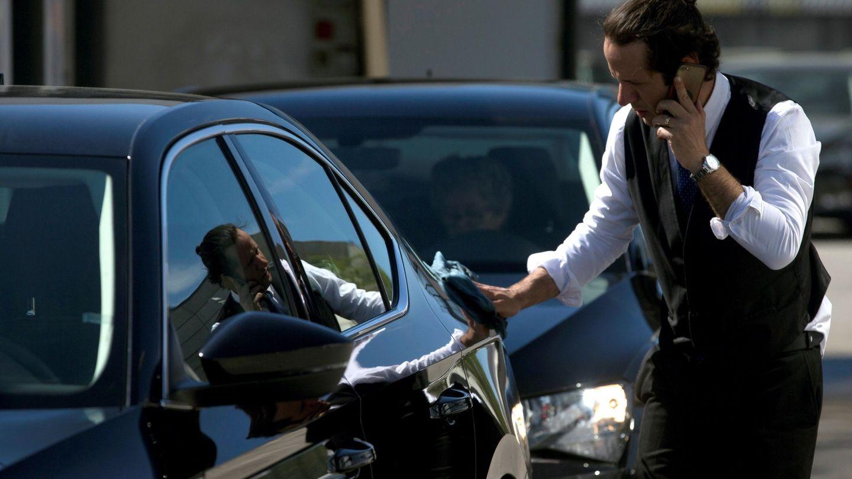 Un conductor de Cabify limpia su vehículo. (EFE)