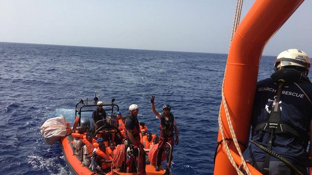 Foto: Rescate en el navío Ocean Viking. (EFE)