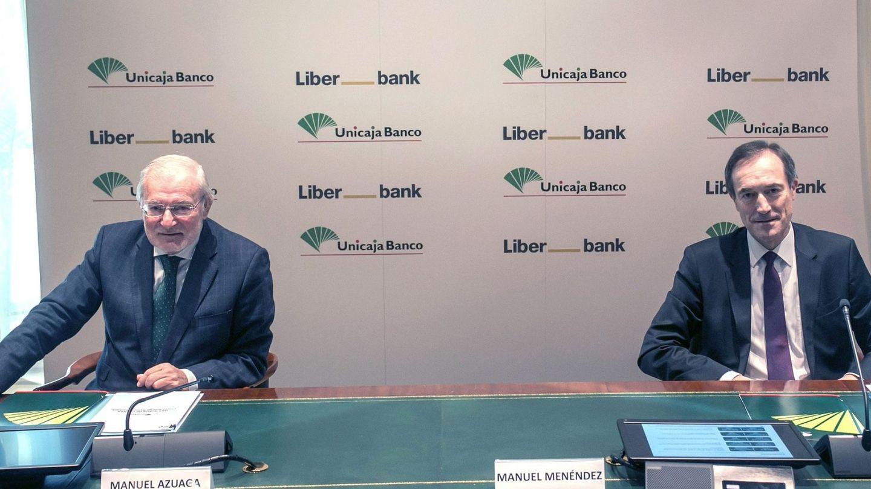 El presidente de Unicaja Banco, Manuel Azuaga (i), junto al CEO de Liberbank, Manuel Menéndez (d). (EFE)