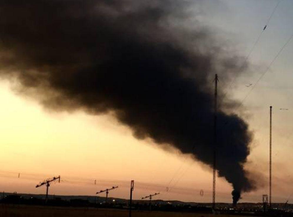 Foto: Fotografía de la columna de humo a varios kilómetros de Arganda del Rey. (@javierqenk)