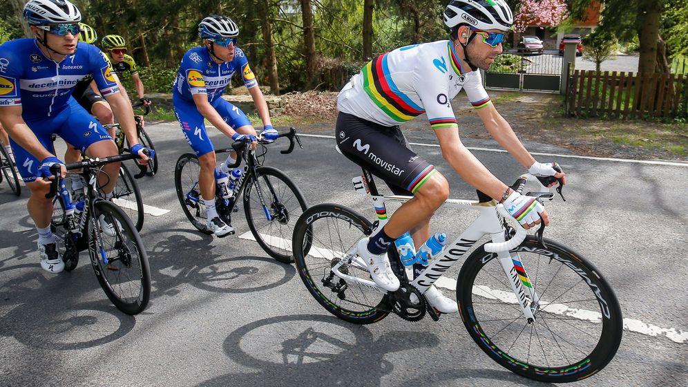 Foto: Alejandro Valverde, vigilado por los ciclistas del Deceunick durante la pasada Flecha Valona. (EFE)