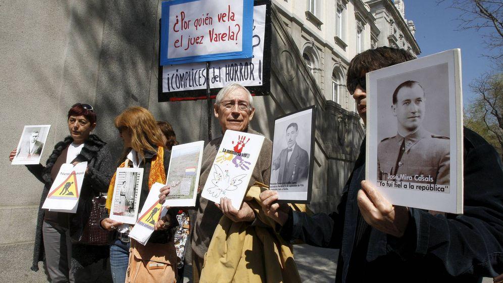 Foto: Asociaciones de memoria histórica en 2010 contra la decisión de llevar a Garzón a juicio (Efe)