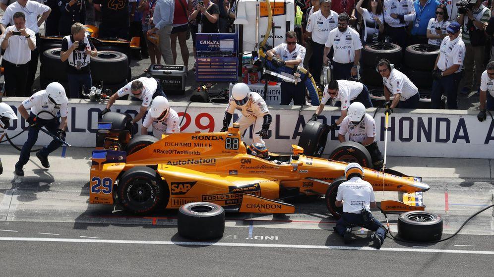 Foto: Uno de los varios cambios neumáticos realizados por Alonso y su equipo durante los entrenamientos de este viernes en el Circuito de Indianápolis. (Reuters)