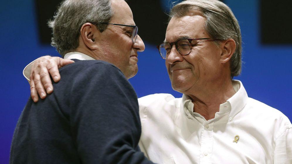 Foto: El expresidente de la Generalitat, Artur Mas se abraza al presidente Quim Torra. (EFE)