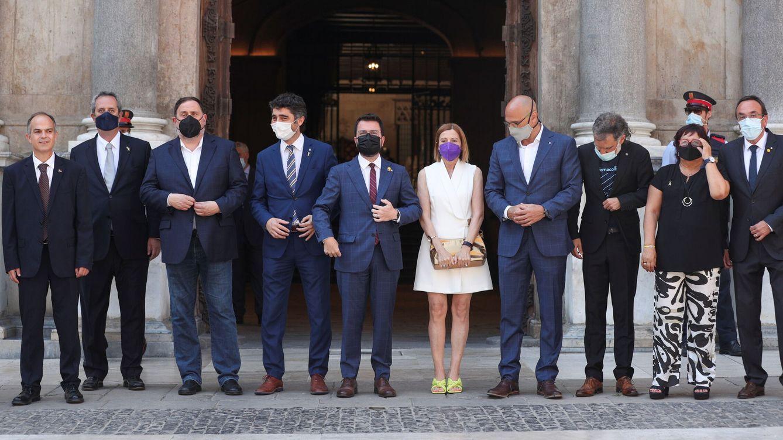 Foto: Pere Aragonès recibe a los presos indultados en el Palau de la Generalitat. (Reuters)