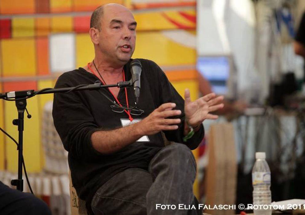 Foto: Alba Rico, en una mesa de debate con Enric González y Carlos Carnicero en el festival Rototom. (Foto: Elia Falaschi / Rototom Sunsplash)