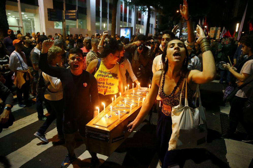 Foto: Manifestantes llevan un ataúd para protestar contra Michel Temer- (Reuters)