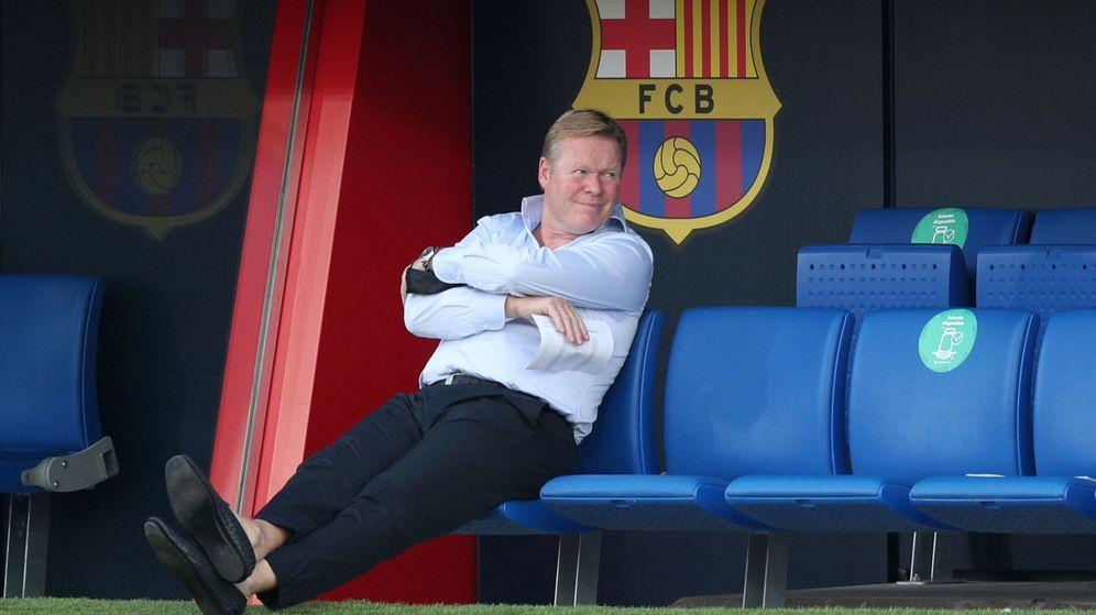 Foto: Ronald Koeman sentado en el banquillo de brazos cruzados. (Efe)