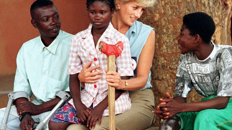 La princesa Diana, con las víctimas de las minas antipersonas en 1997. (Reuters)