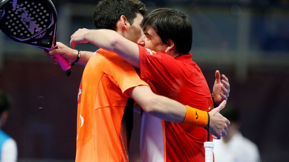 Foto: Franco Stupaczuk (i) y Cristian Gutiérrez (d) se abrazan tras meterse en la final del Estrella Damm Catalunya Master. (EFE)