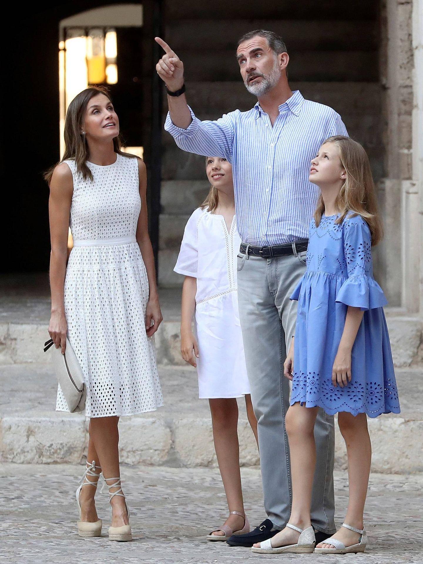 El rey, dando explicaciones a sus hijas al atardecer. (EFE)