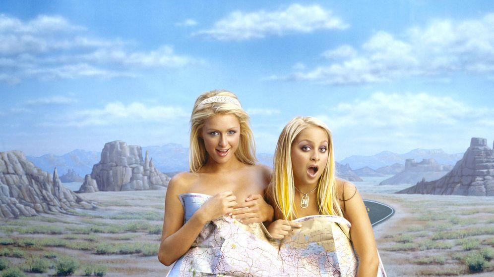 Foto: Maquillarse como en los años 2000 ahora es un reto viral (Paris Hilton y Nicole Richie en 'Simple Life' 2004 - Cordon Press)