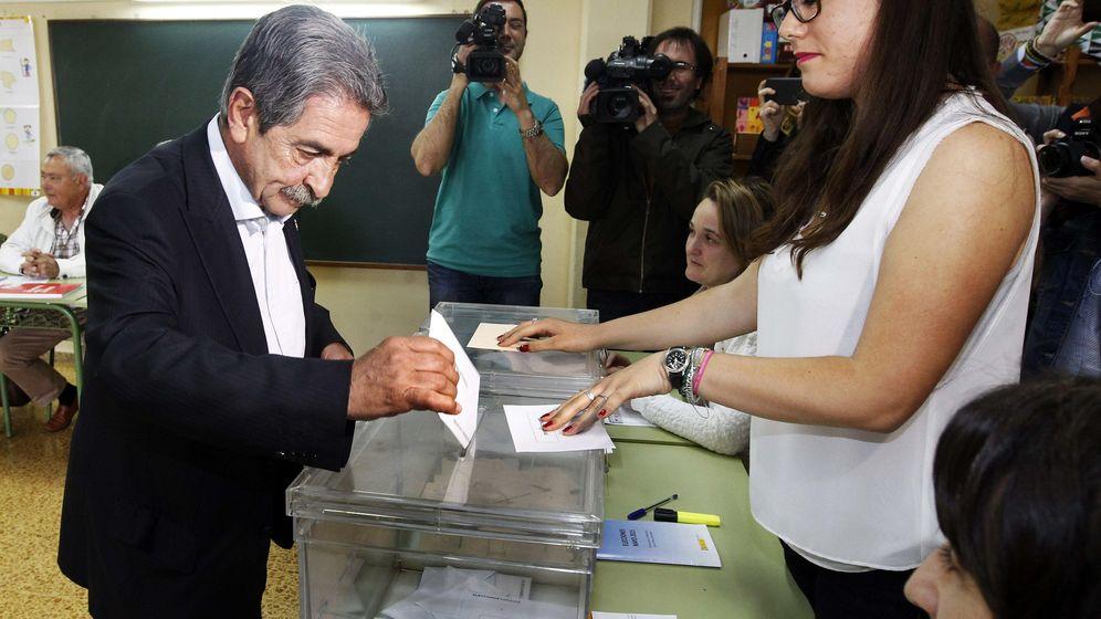 Foto: El secretario general del Partido Regionalista de Cantabria y candidato a la presidencia de comunidad autónoma, Miguel Angel Revilla, deposita su voto (EFE)