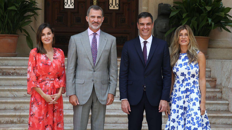 Los Reyes, con Pedro Sánchez y Begoña Gómez en Marivent. (Getty)