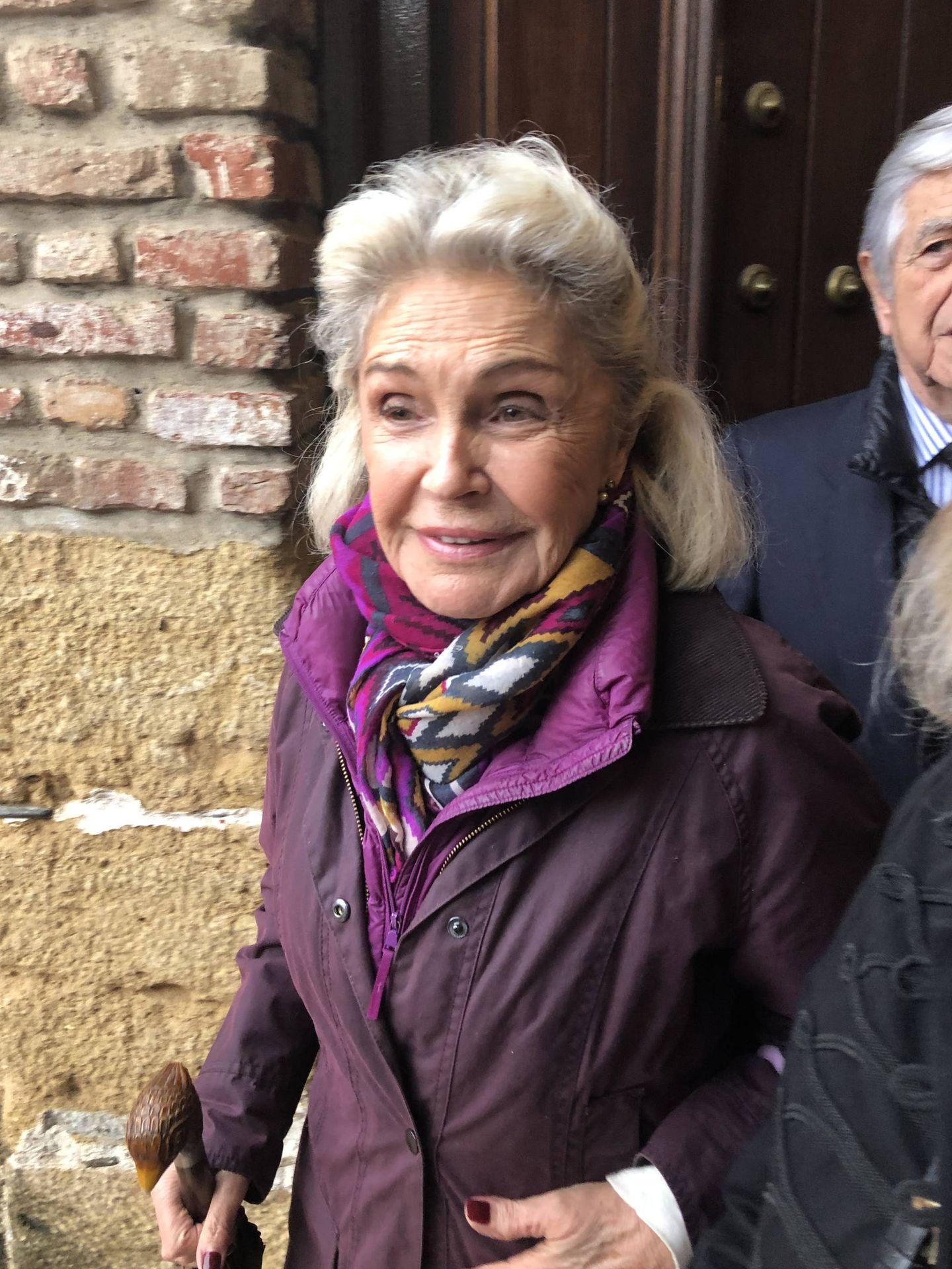 Beatriz de Orleans a la entrada de la iglesia. (VA)