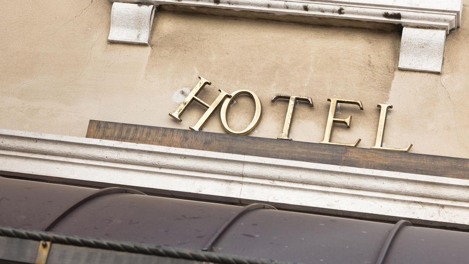 Foto: Si no quieres acabar alojándote en un hotel destartalado, espabílate con la reserva. (iStock)