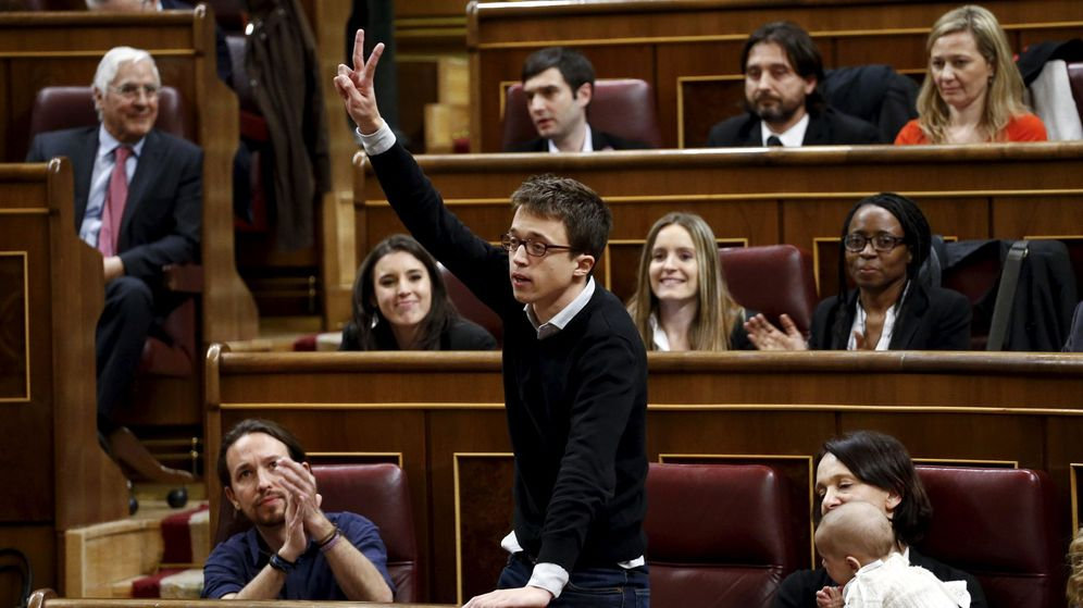 Foto: Íñigo Errejón, número dos de Podemos, junto a Pablo Iglesias, Carolina Bescansa y otros diputados de la formación, durante la sesión de apertura de las Cortes. (Reuters)