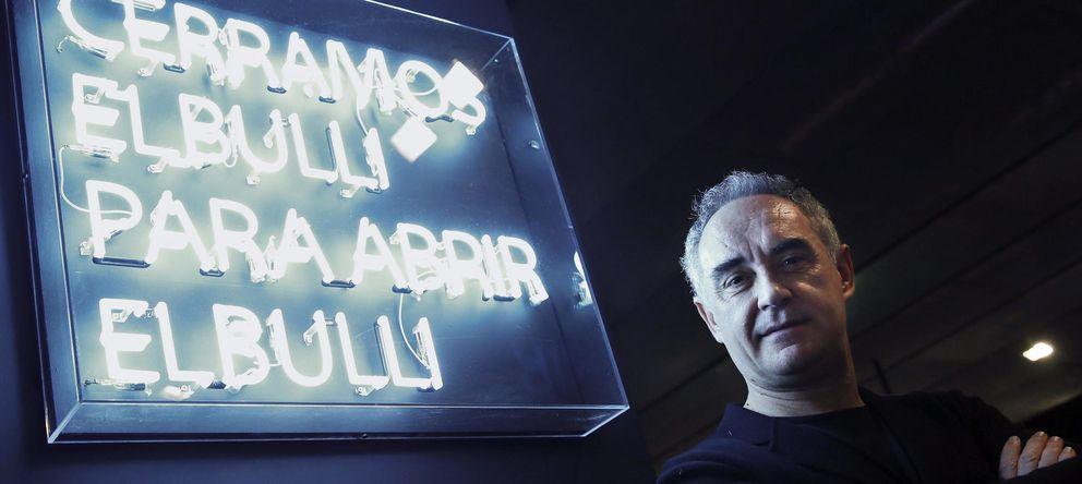 Foto: Ferrán Adriá junto a el lema que recibe al espectador en la exposición de Telefónica. (EFE)