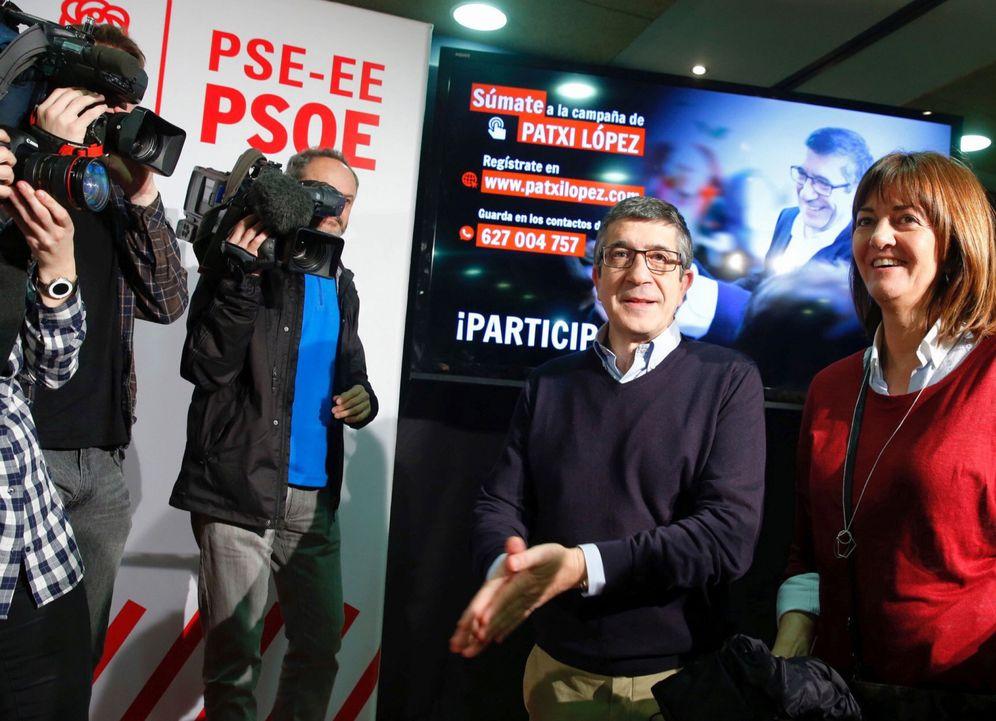 Foto: Patxi López, junto a la secretaria general del PSE, Idoia Mendia, a su llegada al encuentro con militantes, este 5 de marzo en San Sebastián. (EFE)