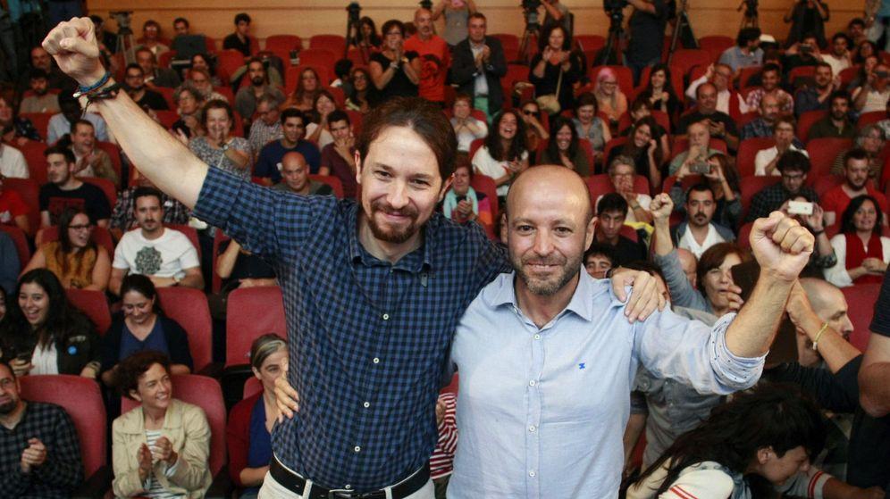 Foto: El líder de Podemos, Pablo Iglesias (i), durante su único mitin en A Coruña apoyando la candidatura de Luis Villares (d), de En Marea, a la presidencia de la Xunta de Galicia. (EFE)