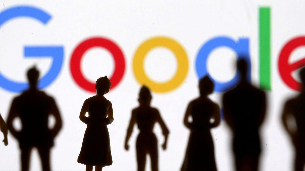 Foto: Logo de Google, tras la silueta de pequeñas figuras de juguete. (Reuters)