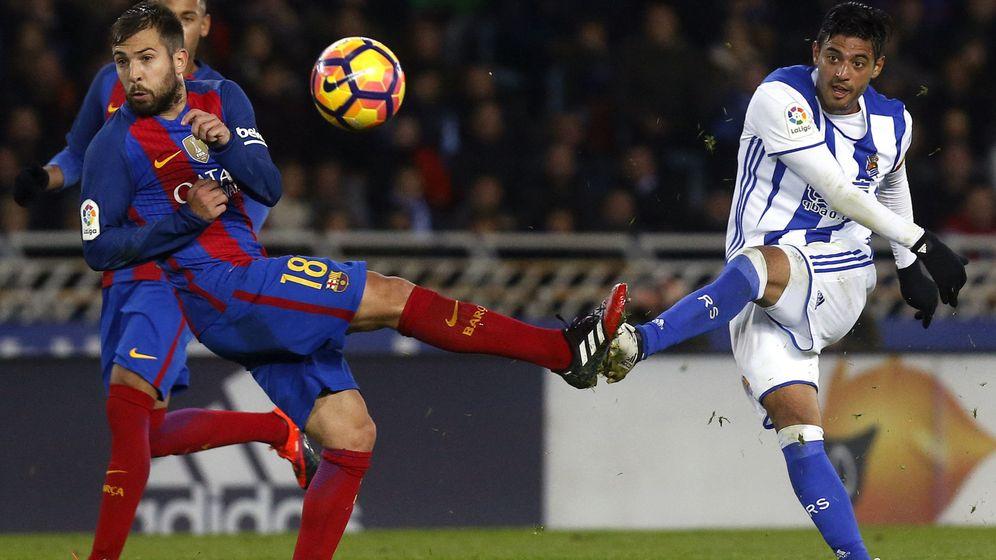 Foto: El remate de Vela que terminó en gol fantasma (EFE)