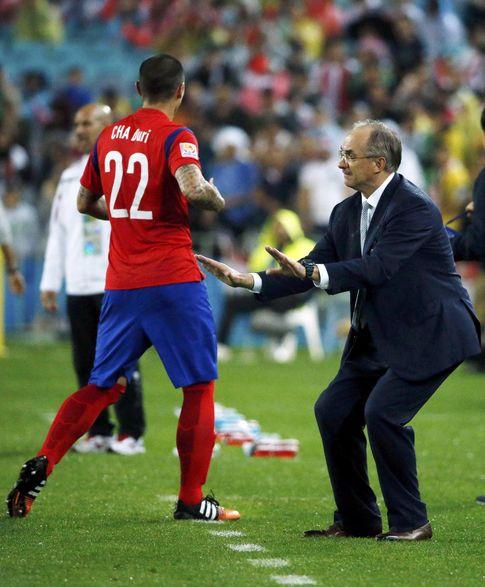 Foto: Uli Stielike da órdenes a sus jugadores durante la disputa de la Copa de Asia.