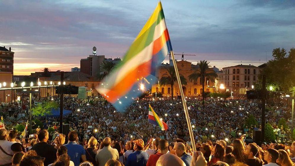 Foto: Las banderas multicolor ondean en Linares. (Plataforma Todos a una por Linares)