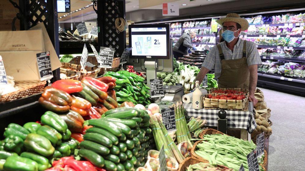 Foto: Un empleado con mascarilla y guantes en un supermercado en Madrid  (EFE)