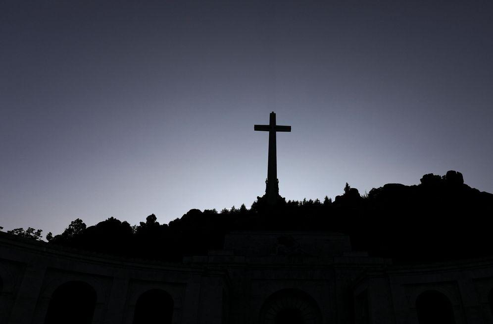 Foto: La cruz de 150 metros que preside el Valle de los Caídos, de donde saldrán los restos de Francisco Franco, el pasado 31 de agosto. (Reuters)