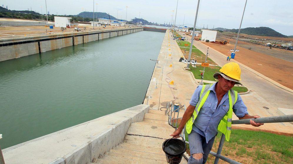 Foto: Un operario, en las obras de ampliación de la esclusa Cocolí, en el Canal de Panamá. (EFE)