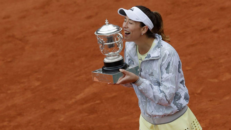 Foto: Garbiñe besa el trofeo de Roland Garros (EFE)