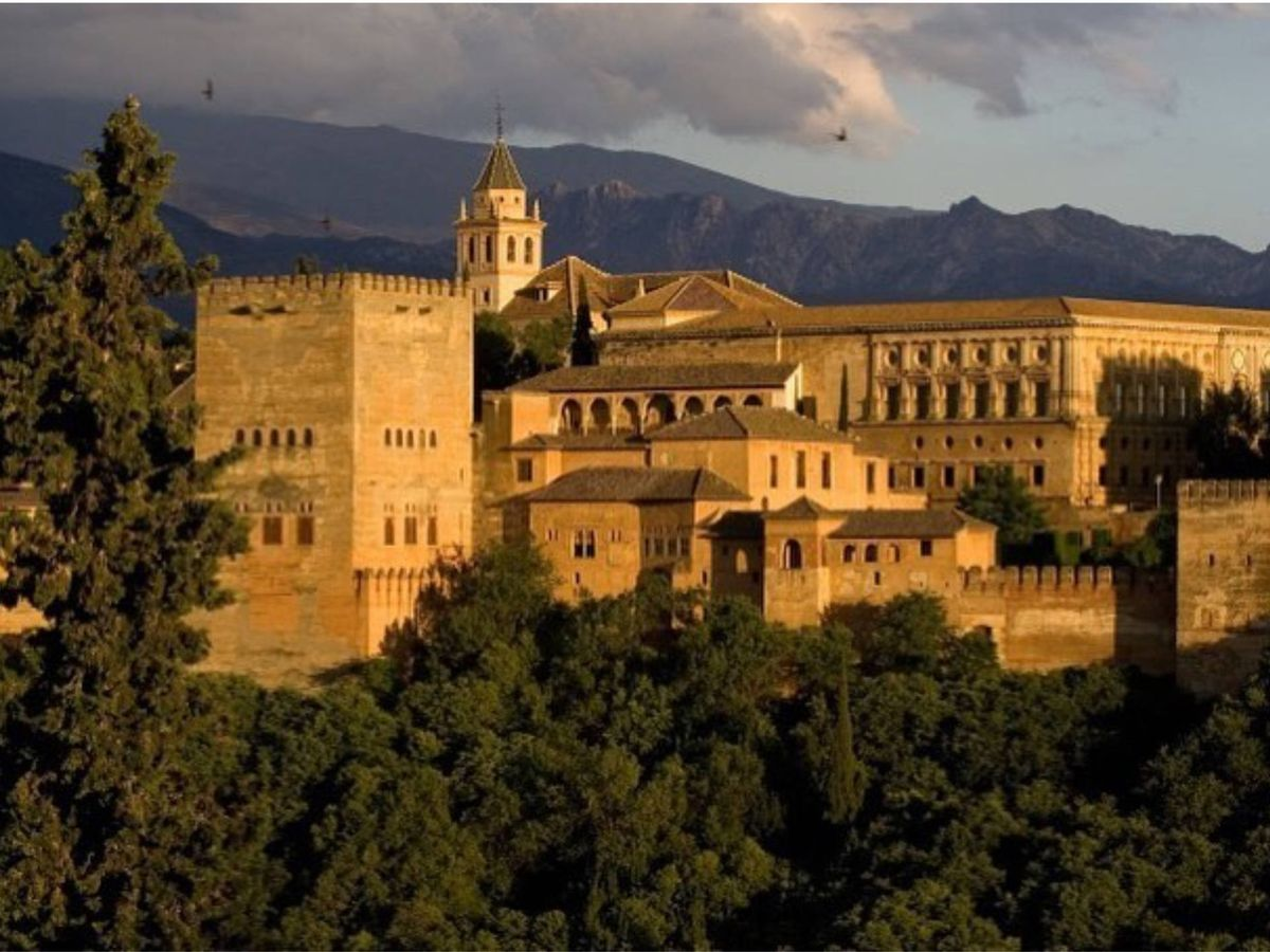 Foto: Monumentos que visitar en España, como la Alhambra de Granada. (Cortesía @alhambra_oficial)