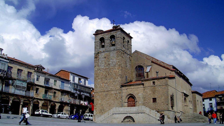 Iglesia de El Salvador de Béjar, situada en la Plaza Mayor de la localidad y frente al Palacio ducal de Béjar. (Foto: Emarinizquierdo/CC)