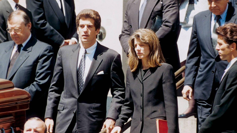 John F Kennedy Jr. y Caroline Kennedy, en el funeral de su madre, Jacqueline Kennedy Onassis. (Cordon Press)
