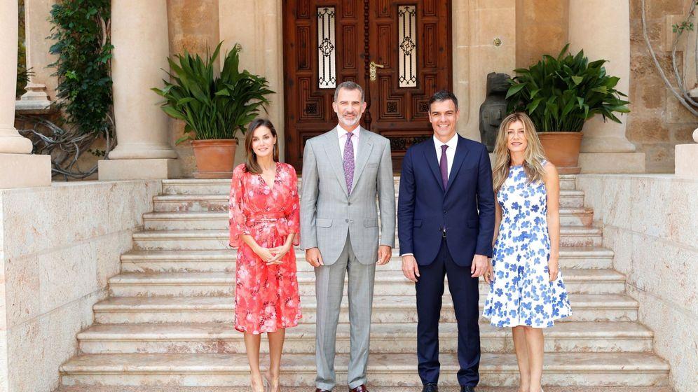 Foto: Los Reyes posan con el presidente del Gobierno, Pedro Sánchez, y su esposa, Begoña Gómez, en el Palacio de Marivent. (EFE)