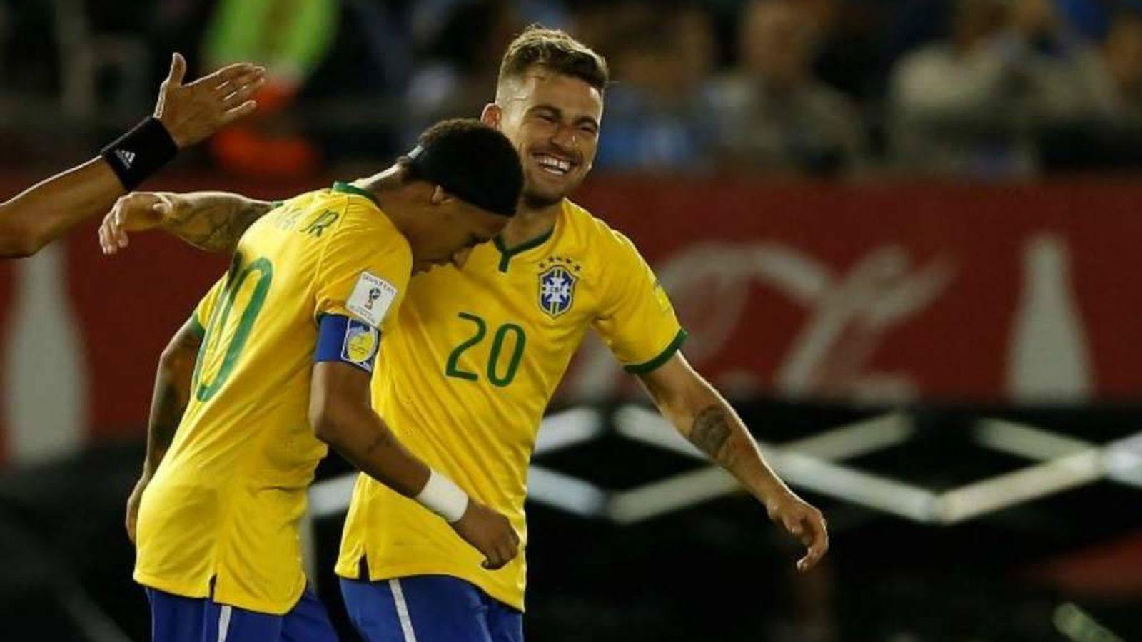 Foto: Lucas Lima celebra un gol junto a Neymar en la selección brasileña. (Reuters)
