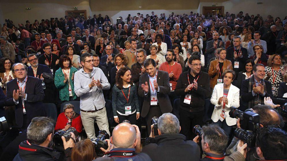 Foto: Javier Fernández, flanqueado por Edu Madina, Sara Hernández y Mario Jiménez, en la apertura del foro político, este sábado. (Inma Mesa / PSOE)