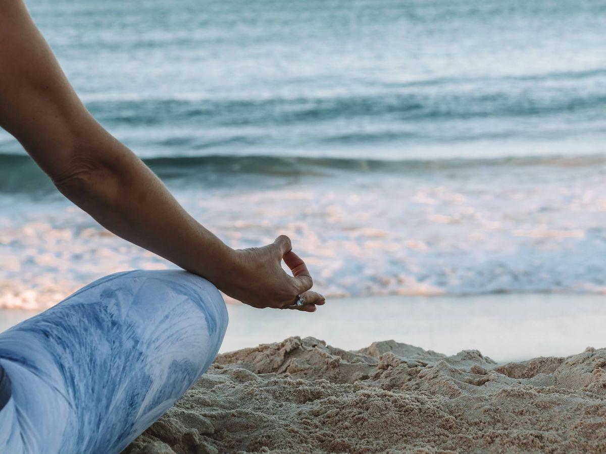 Foto: Posturas de yoga para dormir mejor. (Chelsea Gates para Unsplash)