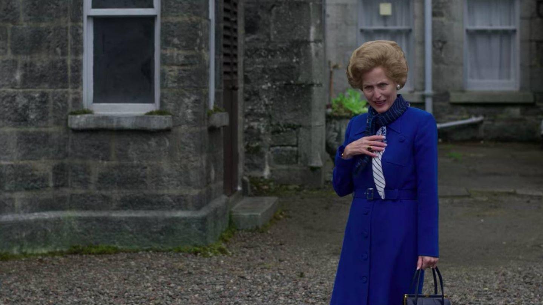 El personaje de Margaret Thatcher, ataviado para irse de excursión. (Netflix)
