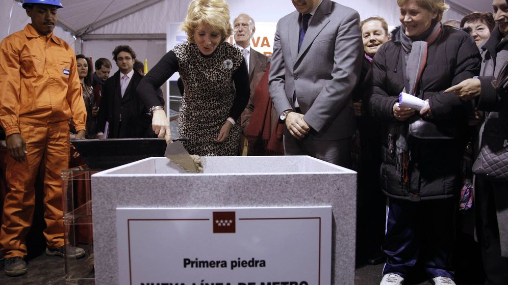 Foto: Esperanza Aguirre, poniendo la primera piedra del fallido tren a Torrejón en febrero de 2011.