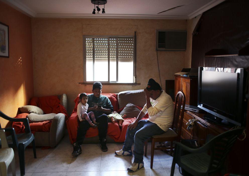 Foto: Una familia en su vivienda de Madrid (Reuters)