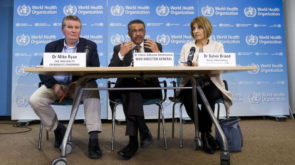 Foto: El director general de la OMS, Tedros Adhanom Ghebreyesus (c).