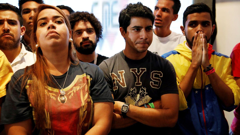 Votantes de la oposición reaccionan al escuchar los resultados en las elecciones regionales, en la sede de la MUD, en Caracas. (Reuters)
