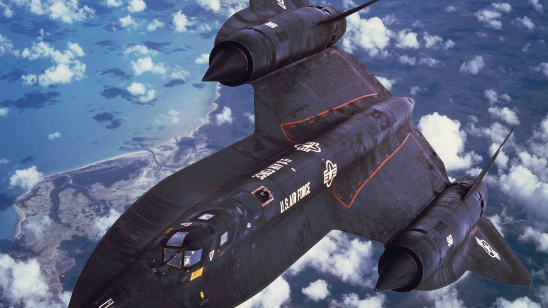 SR-71 Blackbird. El avión más rápido del planeta era capaz de dejar atrás a un misil lanzado para interceptarle simplemente acelerando hasta superar Mach 3. Entró en funcionamiento en los años sesenta aunque dejó de volar a finales de los noventa.