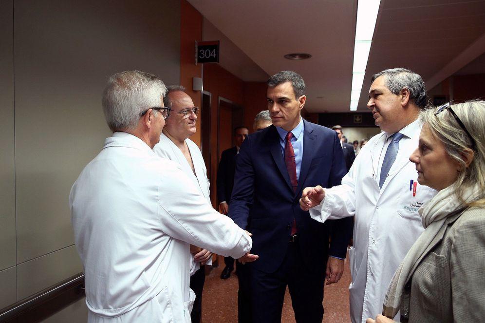Foto: Pedro Sánchez conversa con los médicos tras su visita a los agentes heridos en los disturbios en el hospital Sagrat Cor de Barcelona, este lunes. (EFE)