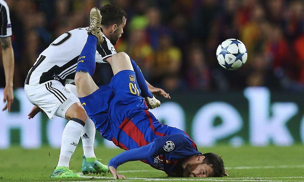 Foto: Messi cae en un lance del partido. (EFE)